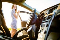 一个俏丽,母青少年的司机的画象 库存照片