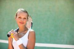 一个俏丽,年轻,女性网球员的画象 免版税库存图片