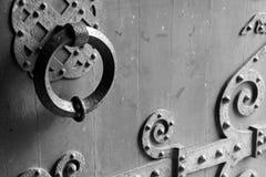 一个修道院教会的门的敲门人在凯恩,法国,用几何样式装饰 免版税图库摄影