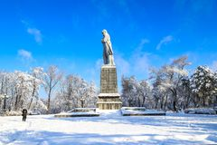 一个修道院海岛在冬天,与对乌克兰诗人舍甫琴科的一座纪念碑在Dnipro市,第聂伯罗彼得罗夫斯克 库存图片