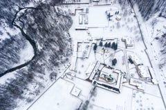 一个修道院的寄生虫摄影在冬天风景的罗马尼亚 免版税图库摄影
