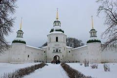 一个修道院的结构在冬天 免版税库存图片