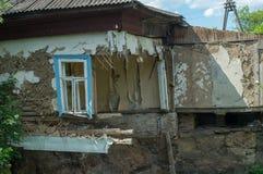 一个倒塌的地板在一个私有房子的墙壁的屋子,片段和窗口里 基础的破坏由地水的 免版税库存图片