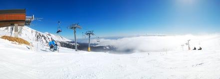 一个倾斜的全景在Strbske普莱索滑雪胜地的 免版税库存照片