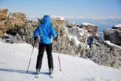 一个倾斜的女子滑雪者在冬天山 库存图片