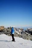 一个倾斜的女子滑雪者在冬天山 免版税库存照片