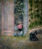 一个偏僻的农厂房子的空中射击 免版税库存照片