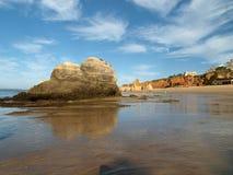一个偏僻的岩石在海洋 免版税库存图片