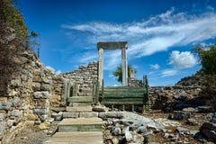 一个偏僻的门的遗骸在一个古色古香的城市 免版税库存照片