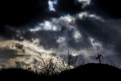 偏僻的坟墓和风雨如磐的天空 库存图片