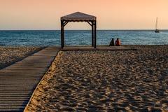 一个偏僻的海滩的两个男孩 免版税库存图片
