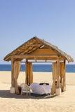 一个偏僻的海滩的按摩小屋 免版税库存图片