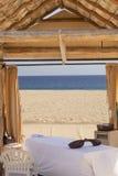 一个偏僻的海滩的按摩小屋 免版税库存照片