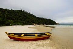 一个偏僻的独木舟在坎比其海岛,弗洛里亚诺波利斯 免版税库存照片