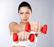 一个健康培训少妇的照片有哑铃的 免版税库存图片