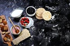 一个健康早餐碗 整个五谷谷物用新鲜的蓝莓和莓在土气背景 顶视图,拷贝空间 免版税库存照片