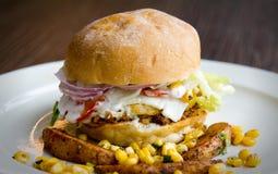 一个健康蛋汉堡的侧视图与马约角、玉米,土豆楔子和更多的 库存照片