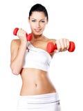 一个健康训练少妇的照片有哑铃的 免版税库存照片