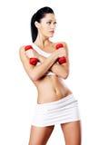 一个健康训练少妇的照片有哑铃的 免版税库存图片