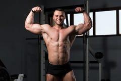 一个健身肌肉人的画象 免版税库存图片