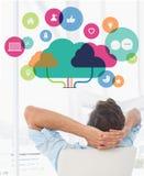 一个偶然人的背面图的综合图象休息用在头后的手的在办公室 免版税库存图片