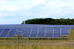 一个光致电压的系统的太阳能电池板阵列 免版税库存照片
