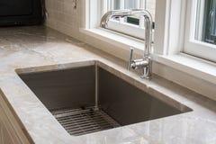 一个全新的现代厨房水槽 免版税库存图片