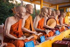 一个全长和尚的现实雕象泰国寺庙的 免版税库存照片
