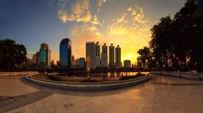 从一个公园的商业区都市风景有从B的日出时间的 库存图片