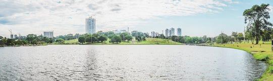 一个公园的湖的全景在一个美好的晴天 库存图片