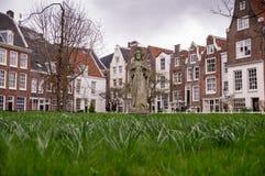 一个公园围拢的Begijnhof的老荷兰大厦在阿姆斯特丹 免版税库存照片