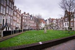 一个公园围拢的Begijnhof的老荷兰大厦在阿姆斯特丹 免版税图库摄影