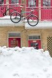 一个公寓的典型的门面在蒙特利尔,有一辆垂悬的自行车的 免版税库存照片