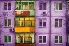 一个公寓的门面与阳台的 在紫色 免版税库存图片