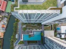 一个公寓的顶视图有游泳池和庭院的 免版税库存图片