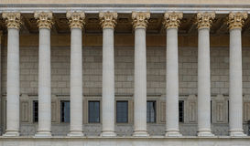 一个公法法院的柱廊 与哥林斯人专栏行的一个新古典主义的大厦  库存图片