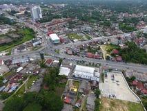 一个公路交叉点的空中照片在镇 免版税库存照片