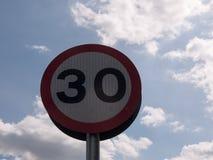 一个公路交通标志有说天空的背景30限速 库存图片