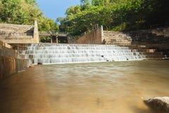 一个具体测流堰阻拦河存放农业和消耗量的水 免版税库存照片