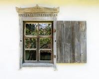 一个典型的乌克兰古色古香的房子的视窗的详细资料 免版税库存照片