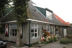 一个典型的历史的房子在Egmond比嫩,荷兰村庄  免版税库存照片