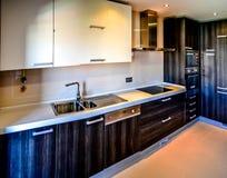 一个典型的厨房在葡萄牙 现代和优质 免版税库存照片