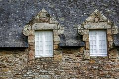 一个典型的布里坦尼房子的外部门面和石板屋顶 库存照片