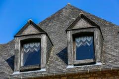一个典型的布里坦尼房子的外部门面和石板屋顶 免版税图库摄影