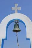 一个典型的希腊教会的响铃和十字架 库存照片