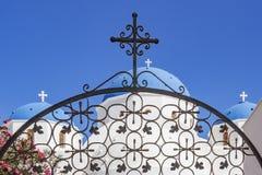 一个典型的希腊教会的细节有蓝色圆顶的在佩里萨,圣托里尼,希腊 库存照片