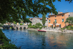一个典型的意大利中世纪村庄的古老大厦 库存照片