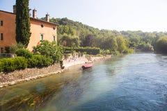 一个典型的意大利中世纪村庄的古老大厦 免版税图库摄影