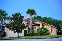 一个典型的房子在太阳集合的佛罗里达 库存图片