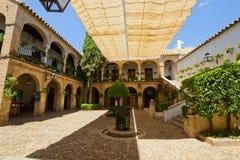 一个典型的房子的庭院在科多巴,西班牙 免版税库存图片
